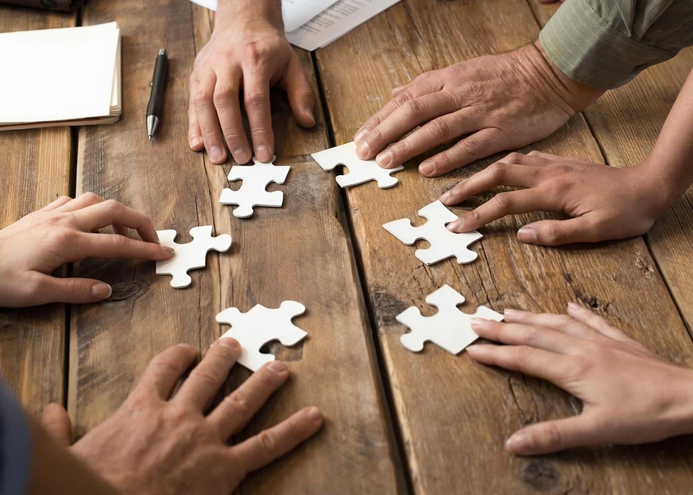 naem-2018-article-closeup-businessman-woman-jigsaw-puzzle-pieces-700x500